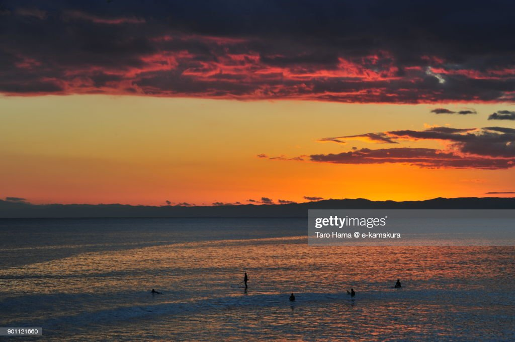 Red-colored sunset clouds on Izu Peninsula and Sagami Bay in Kanagawa prefecture in Japan : ストックフォト