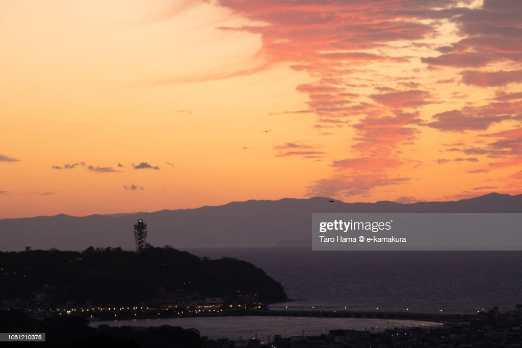 Red-colored sunset clouds on Sagami Bay, Enoshima Island and Izu Peninsula in Japan : ストックフォト