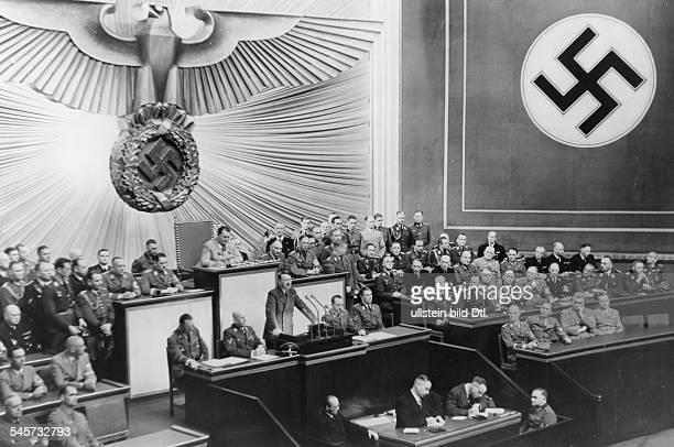 Rede Adolf Hitlers vor dem Reichstag in der KrollOper in Berlin zum Abschluss des BalkanFeldzugs neben dem Rednerpult nach rechts Otto Dietrich und...
