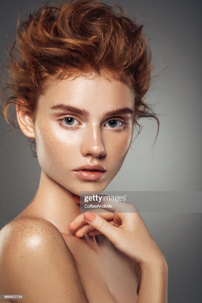 Garota ruiva com cachos e maquiagem moda : Foto de stock