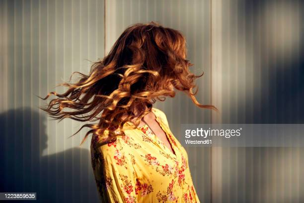 red-haired woman shaking her hair - cheveux longs photos et images de collection