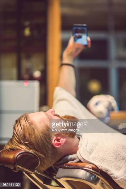Rousse, gars barbu à la coiffure, prenant selfie avec téléphone portable