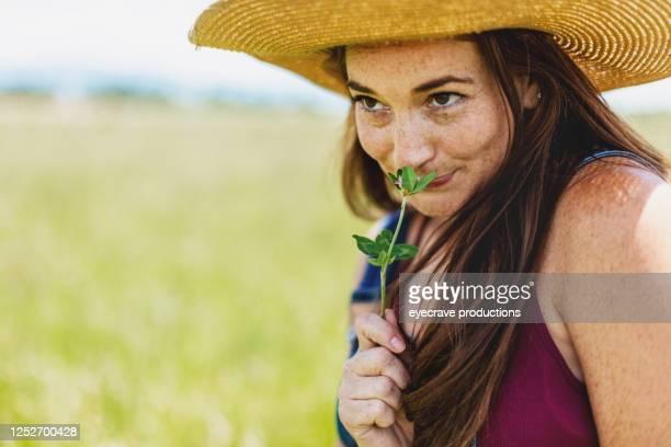 夏の西コロラド屋外で赤毛ミレニアル世代の女性 - つば広 ストックフォトと画像