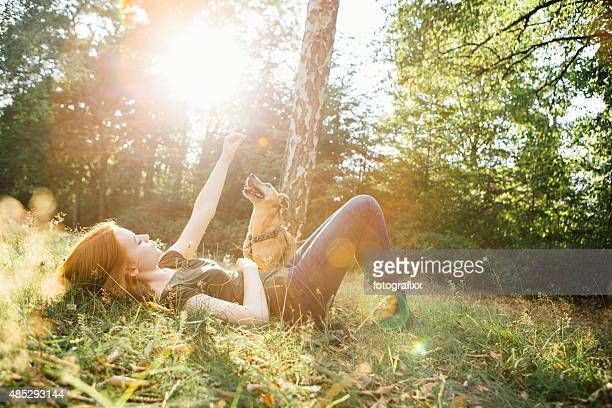 redhead jeune fille et son chien s'amuser en plein air