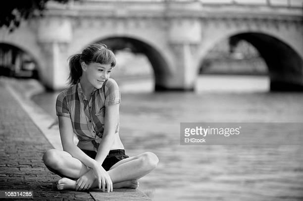 Redhead tourisme repos le long de la Seine à Paris, en France