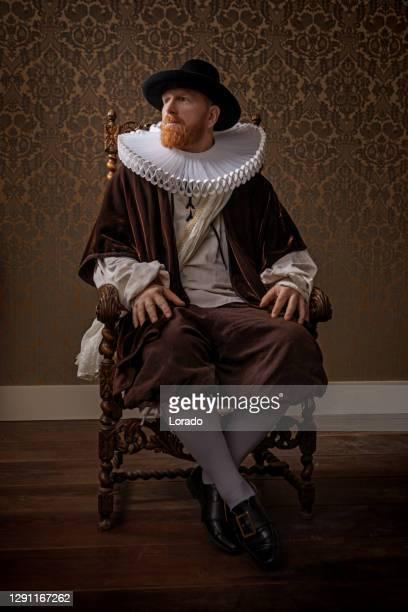 redhead traditionellen holländischen mann bei kerzenschein - herzog stock-fotos und bilder