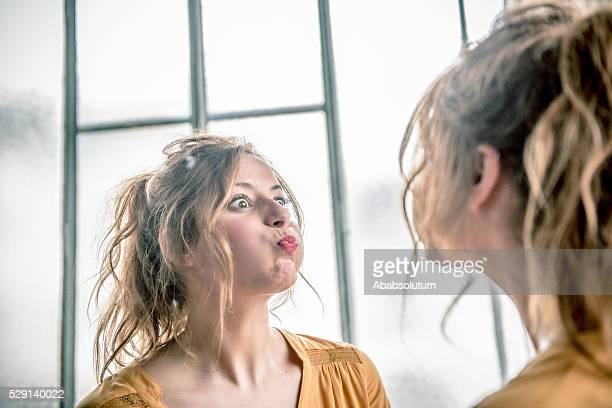 Rotes Haar-Frau machen Gesichter in Spiegel, Paris, Frankreich
