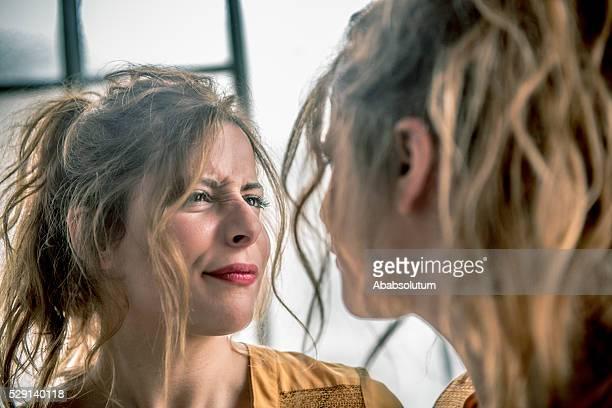 Capelli rossi donna fare facce a specchio, Parigi, Francia