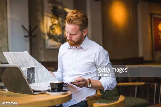 empresario pelirrojo disfrutando el tiempo libre para el café y algunas noticias - ginger lee fotografías e imágenes de stock