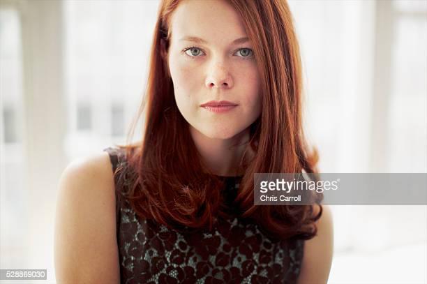 redheaded woman - solo una donna giovane foto e immagini stock