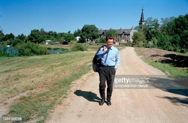 Redon France dimanche 1er juin 1997 le vote des personnalités lors des élections législatives anticipées de 1997 le maire de Redon Alain MADELIN Ici...
