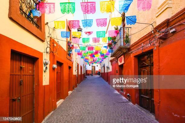 red-painted alley in guanajuato city, mexico - méxico fotografías e imágenes de stock