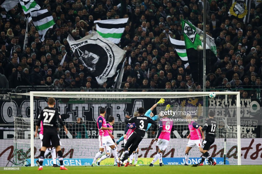 Reece Oxford of Borussia Monchengladbach hits the crossbar as Goalkeeper, Christian Mathenia of Hamburg attempts the save during the Bundesliga match between Borussia Moenchengladbach and Hamburger SV at Borussia-Park on December 15, 2017 in Moenchengladbach, Germany.