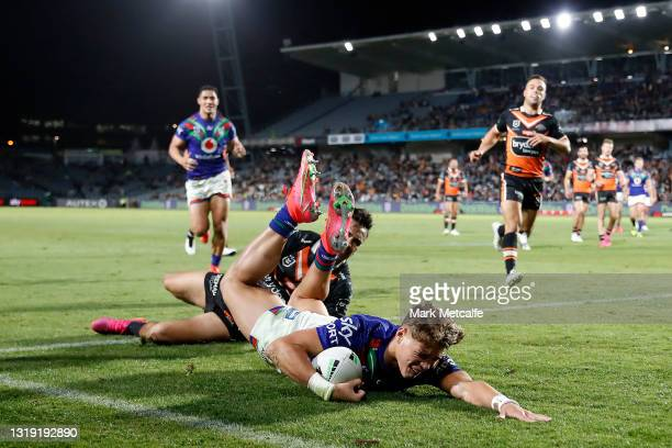 Reece Walsh of the Warriors scores a try during the round 11 NRL match between the New Zealand Warriors and the Wests Tigers at Central Coast Stadium...