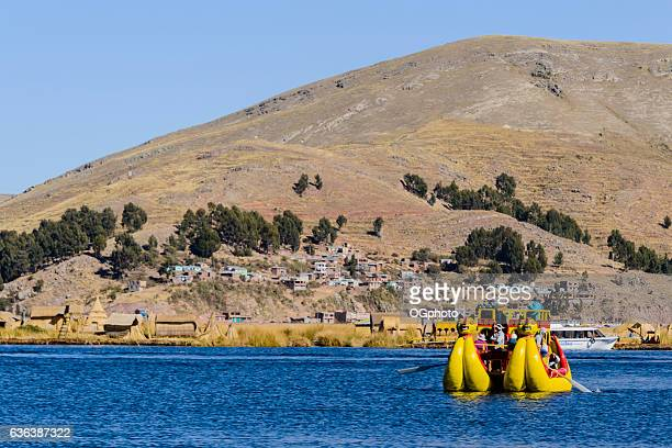 reed boat carrying tourists on lake titicaca, peru - ogphoto ストックフォトと画像