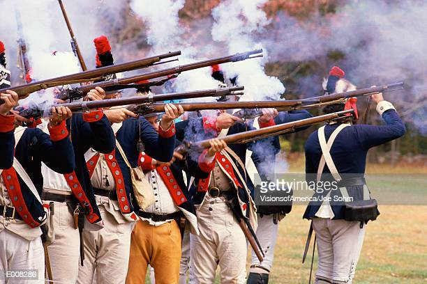reenactment of revolutionary war soldiers - revolutionary war - fotografias e filmes do acervo