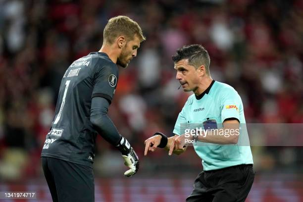 Referee Andrés Cunha talks to Javier Burrai of Barcelona SC during a semi final first leg match between Flamengo and Barcelona SC as part of Copa...