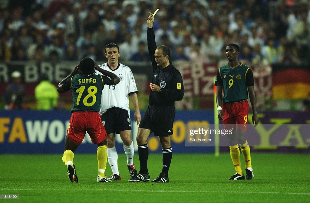 Referee Antonio Lopez Nieto shows a red card to Patrick Suffo of Cameroon : News Photo