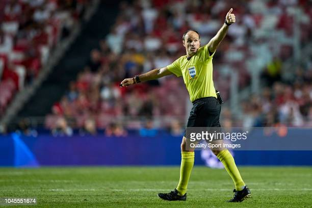 Referee Antonio Mateu Lahoz reacts during the Group E match of the UEFA Champions League between SL Benfica and FC Bayern Muenchen at Estadio da Luz...