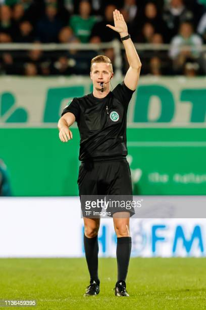 referee Arne Aarnink gestures during the Second Bundesliga match between SpVgg Greuther Fuerth and SG Dynamo Dresden at Sportpark Ronhof Thomas...