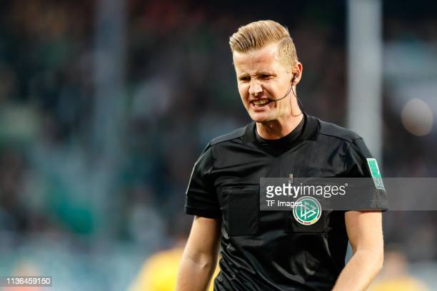 referee Arne Aarnink looks on during the Second Bundesliga match between SpVgg Greuther Fuerth and SG Dynamo Dresden at Sportpark Ronhof Thomas...