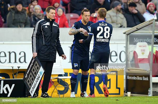 Referee Benjamin Cortus Julian Schieber und Fabian Lustenberger von Hertha BSC während des Spiels zwischen dem VfB Stuttgart und Hertha BSC am in...
