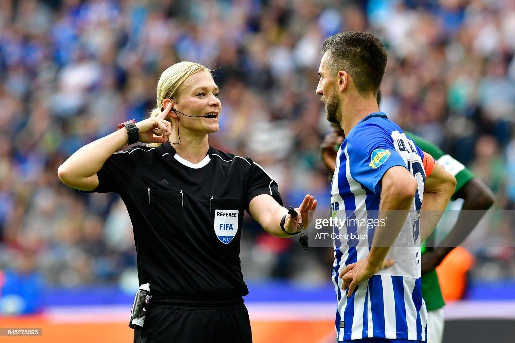 TOPSHOT - Referee Bibiana Steinhaus talks with Berlin's Bosnian forward Vedad Ibisevic during German first division Bundesliga football match between Hertha Berlin and Werder Bremen on September 10, 2017 in Berlin, Germany. / AFP PHOTO / Tobias
