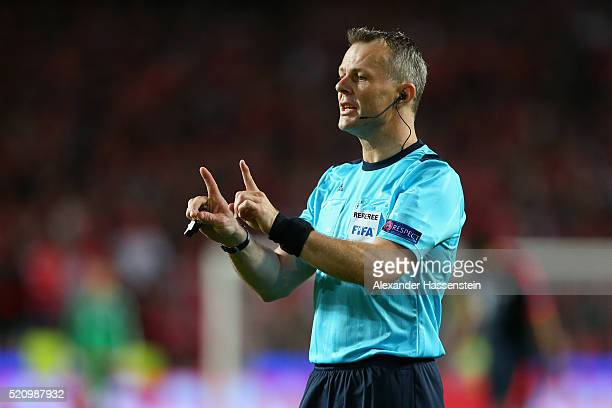 Referee Bjoern Kuipers during the UEFA Champions League quarter final second leg match between SL Benfica and FC Bayern Muenchen at Estadio da Luz on...