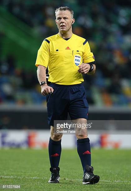 Referee Bjorn Kuipers in action during the UEFA Europa League Round of 32 First Leg match between Sporting Lisbon and Bayer Leverkusen at Estadio...