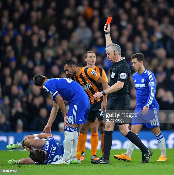 Referee Chris Foy shows Hull City's English midfielder Tom Huddlestone a red card for a foul on Chelsea's Brazilian defender Filipe Luis during the...