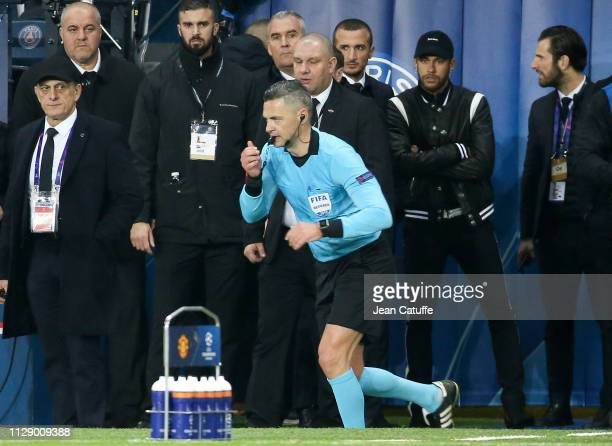 Referee Damir Skomina of Slovenia uses the VAR in front of Neymar Jr of PSG on the sideline validating a penalty for Manchester United at the last...