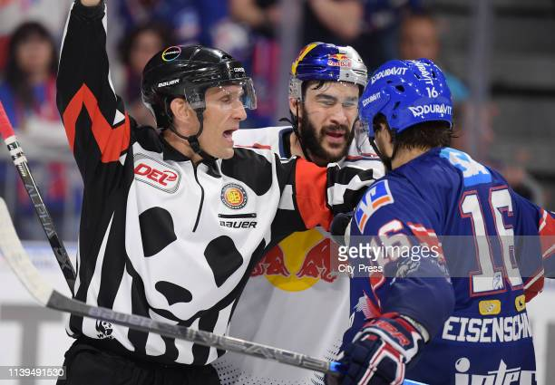 Referee Daniel Piechaczek Trevor Parkes of EHC Red Bull Muenchen and Markus Eisenschmid of the Adler Mannheim during the game between the Adler...