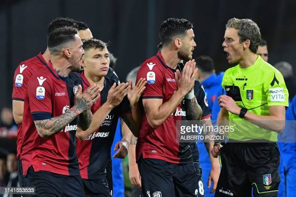 Referee Daniele Chiffi argues with Cagliari's players during the Italian Serie A football match between Napoli and Cagliari on May 5 2019 at San...