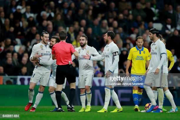 Referee David Fernandez Borbalan argues with Real Madrid players Gareth Bale Nacho fernandez Daniel Carvajal and Sergio Ramos after having shown the...