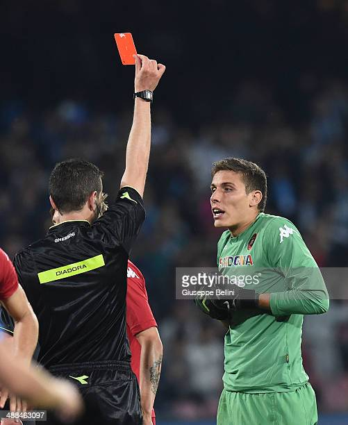 Referee Davide Ghersini shows the red card to Marco Silvestri of Cagliari during the Serie A match between SSC Napoli and Cagliari Calcio at Stadio...