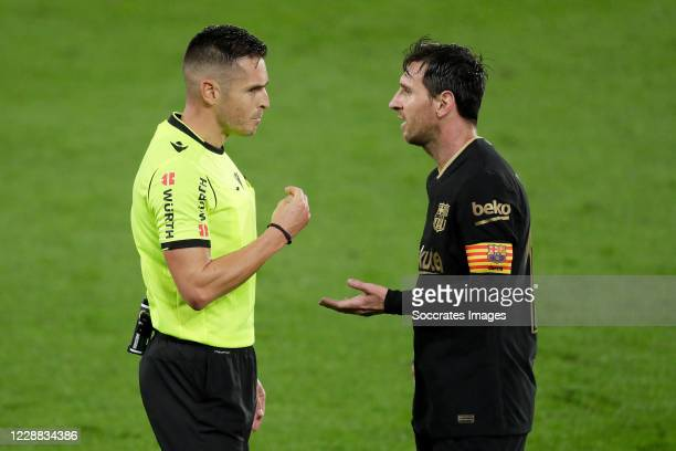Referee Del Cerro Grande Lionel Messi of FC Barcelona during the La Liga Santander match between Celta de Vigo v FC Barcelona at the Estadio de...