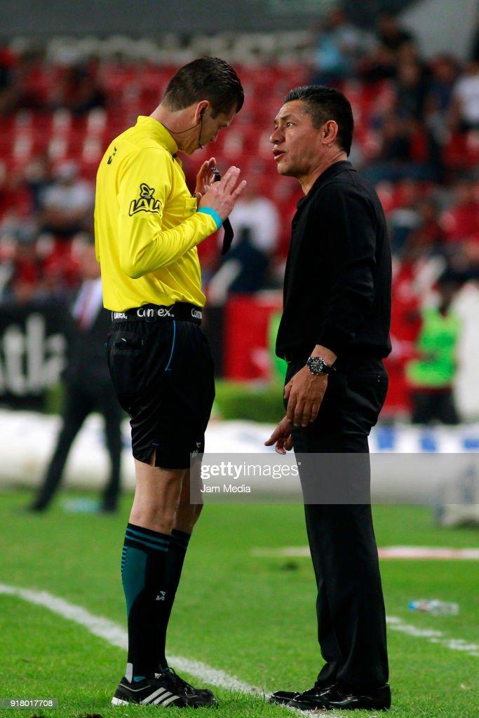 Referee Erick Yahir Miranda argues with Ignacio Ambriz coach of Necaxa during the 7th round match between Atlas and Necaxa as part of the Torneo Clausura 2018 Liga MX at Jalisco Stadium on February 13, 2018 in Guadalajara, Mexico.