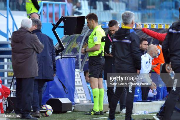 Referee Fabrizio Pasqua consults the VAR during the Serie A match between SPAL and UC Sampdoria at Stadio Paolo Mazza on March 03, 2019 in Ferrara,...