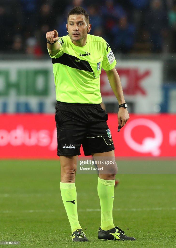 Referee Fabrizio Pasqua gestures during the serie A match between Atalanta BC and UC Sampdoria at Stadio Atleti Azzurri d'Italia on April 3, 2018 in Bergamo, Italy.
