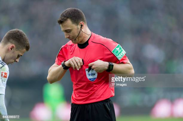 Referee Felix Zwayer looks on during the Bundesliga match between Borussia Moenchengladbach and RB Leipzig at BorussiaPark on February 19 2017 in...