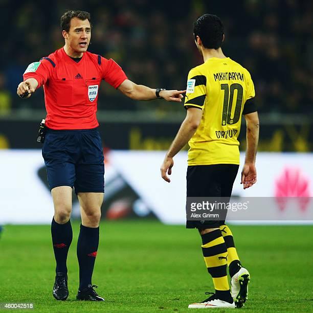 Referee Felix Zwayer talks to Henrikh Mkhitaryan of Dortmund during the Bundesliga match between Borussia Dortmund and 1899 Hoffenheim at Signal...