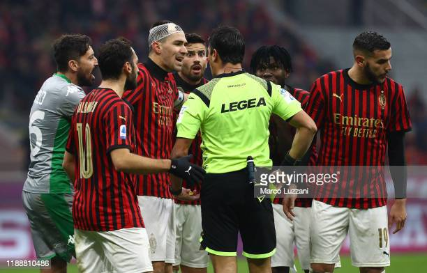 Referee Gianluca Manganiello disputes with AC Milan players during the Serie A match between AC Milan and US Sassuolo at Stadio Giuseppe Meazza on...