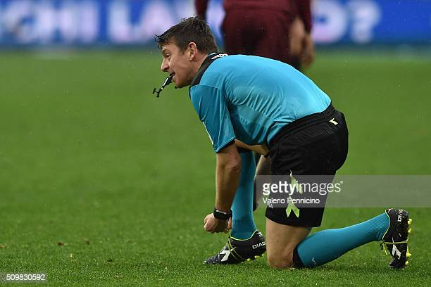 Referee Gianluca Rocchi binds the shoes during the Serie A match between Torino FC and AC Chievo Verona at Stadio Olimpico di Torino on February 7...