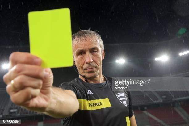 Schiedsrichter hat gelbe Karte