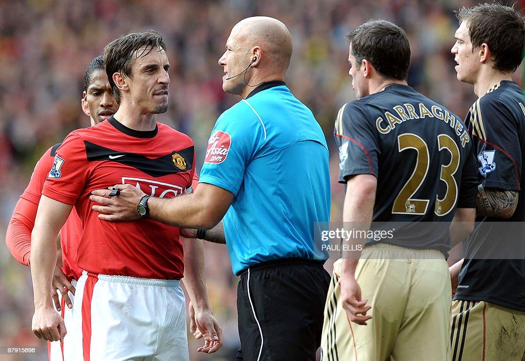 Referee Howard Webb holds Manchester Uni : News Photo