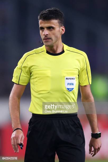¿Cuánto mide el árbitro Gil Manzano? Referee-jesus-gil-manzano-looks-on-during-the-uefa-europa-league-of-picture-id642542076?s=612x612