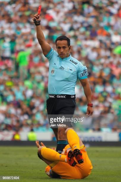 Referee Jorge Isaac Rojas shows the red card to Jonathan Rodríguez of Santos during the quarter finals second leg match between Santos Laguna and...