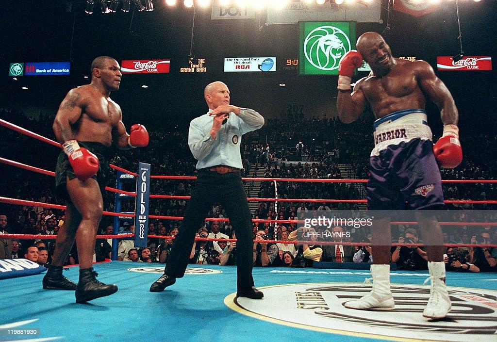 Referee Lane Mills (C) stops the fight i : News Photo