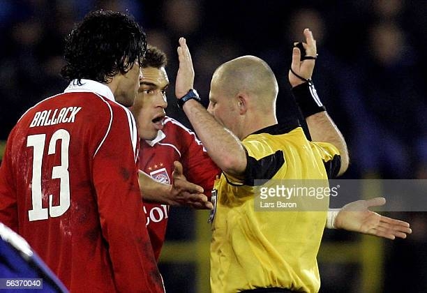 Referee Laurent Duhamel of France discusses with Michael Ballack and Valerien Ismael of Munich after the Champions League Group A match between Club...
