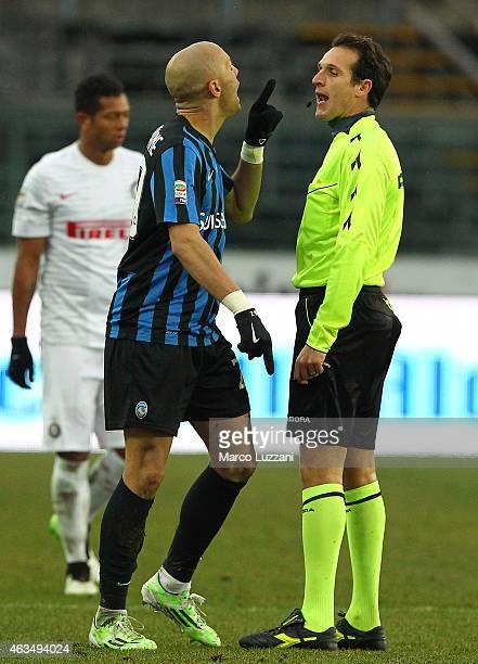 Referee Luca Banti argues with Yohan Benalouane of Atalanta BC during the Serie A match between Atalanta BC and FC Internazionale Milano at Stadio...